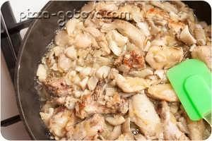 Обжарить грибы с курицей