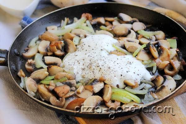 Тушим грибы в сметанном соусе