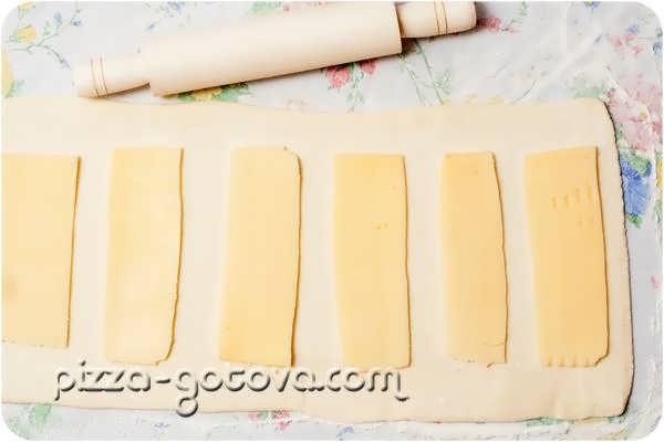 выкладываем сыр на тесто
