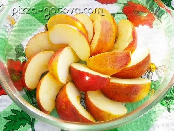 Выложите яблоки на дно