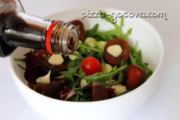 заправляем салат бальзамический уксусом