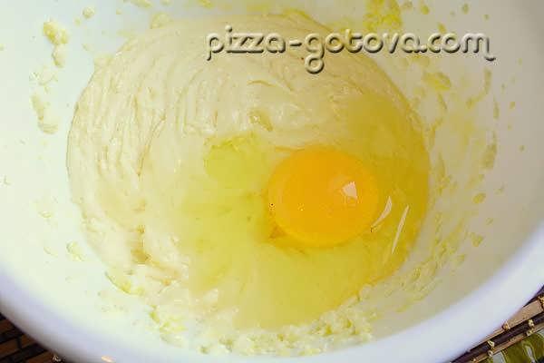 добавить масло и яйцо