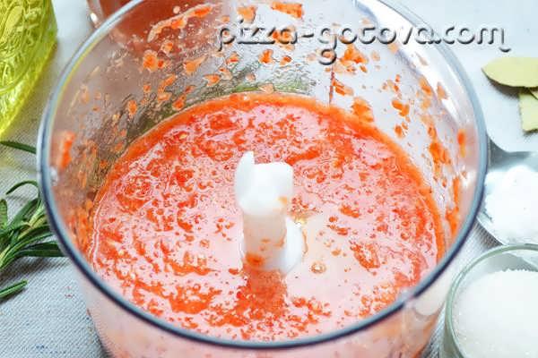измельчить помидоры и перец