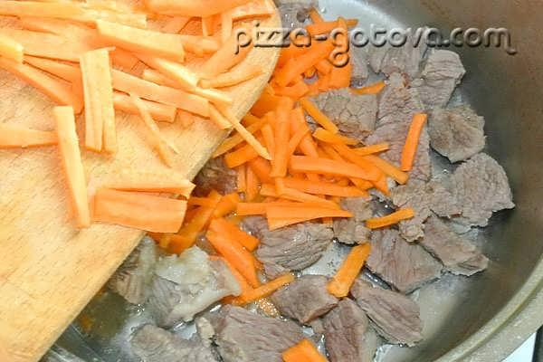 нарезанная соломкой морковь