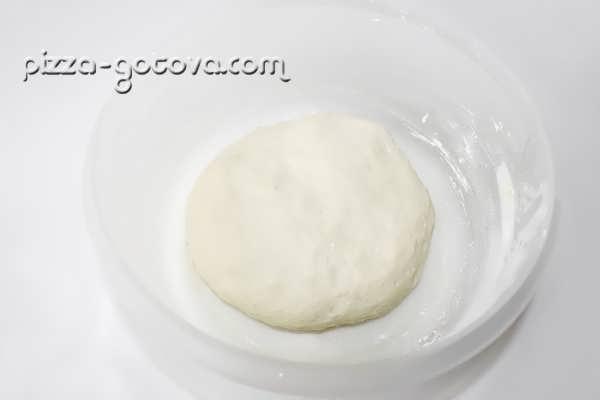 готовим тесто для пиццы