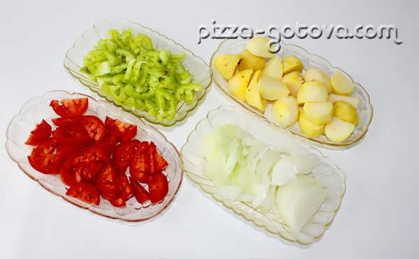 режем помидоры, перец, лук