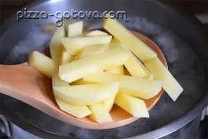 картошку отправляем в бульон