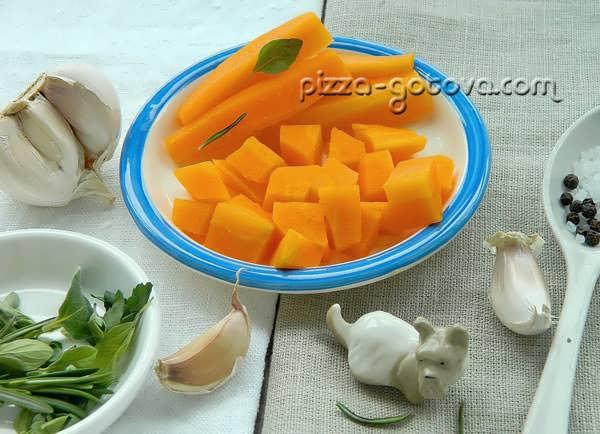 нарезать кубиками морковь