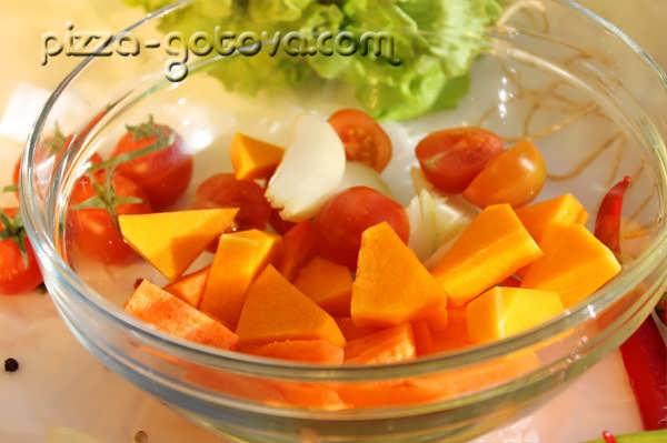 нарезаем тыкву и морковь