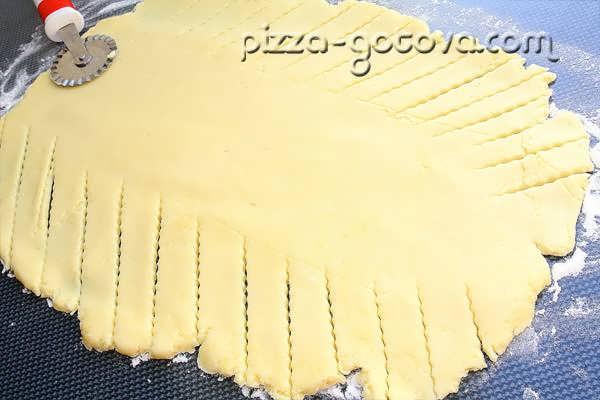 нарезать тесто косыми полосками
