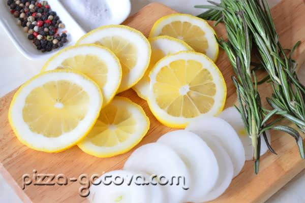 нарезаем лук и лимон