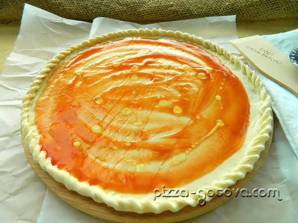 помазать томатным соусом