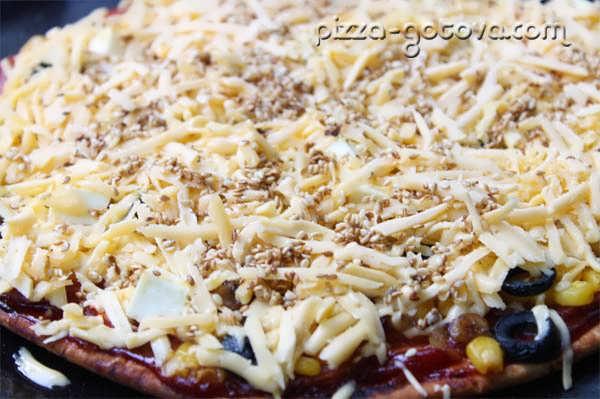 Пицца с кунжутом и сыром Фета