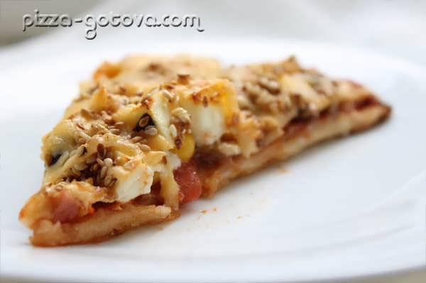 вкусная пицца с маслинами и сыром фета