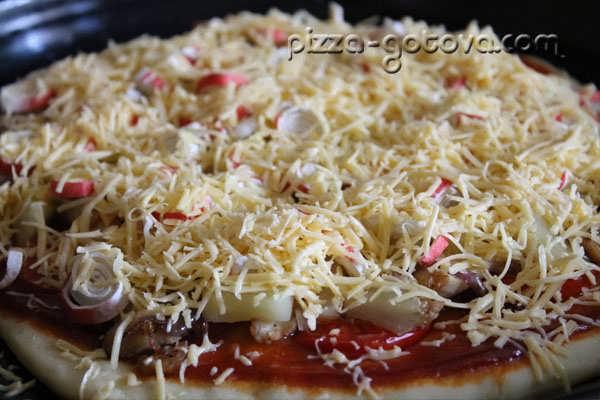 Пицца с курицей, грибами и ананасами