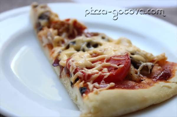вкусная пицца с курицей и грибами