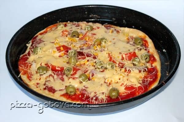 Пицца с оливками и салями