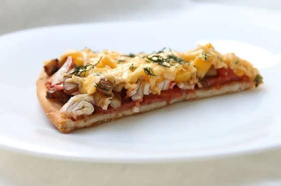 вкусная пицца с салями