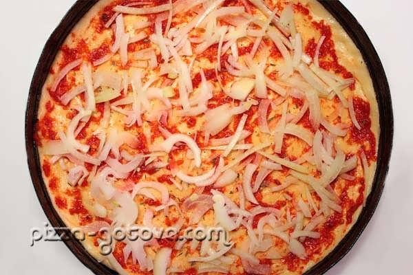 основу для пиццы посыпьте специями и травами