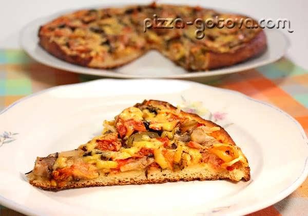 Пицца с шампиньонами, овощами и сыром