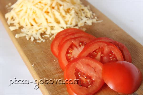 нарезанный сыр и помидоры