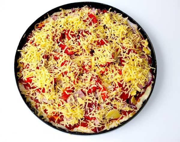 засыпаем пиццу сыром