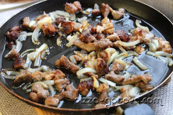 обжариваем свинину с луком