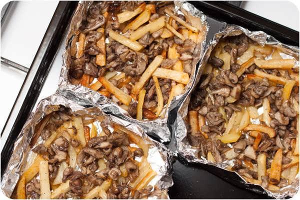 помещаем в картофель грибы