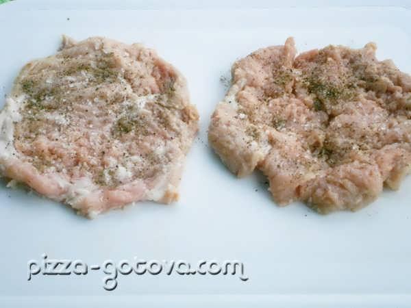 приправьте мясо перцем