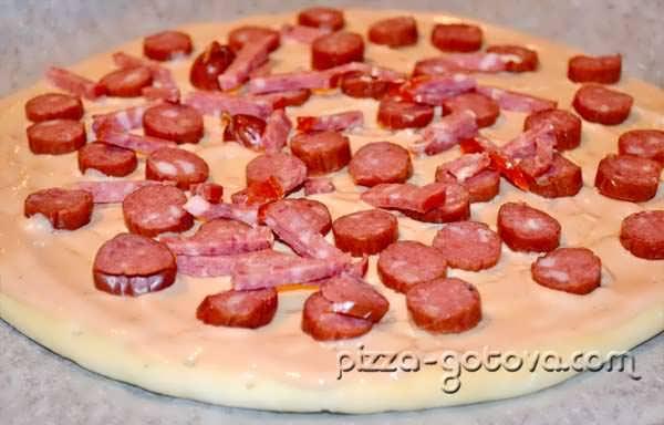 выкладываем на пиццу колбасу