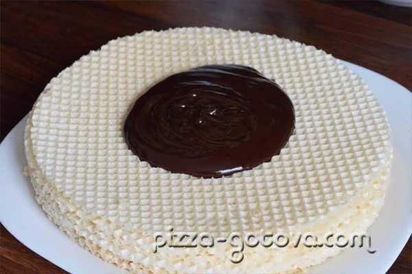 растопленным шоколадом смазываем кремом