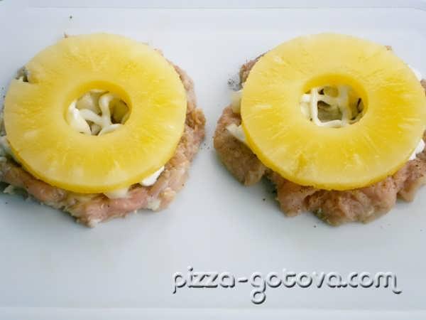 разложите кольца ананасов