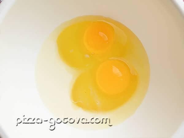 соединяем сахар молоко и яйца