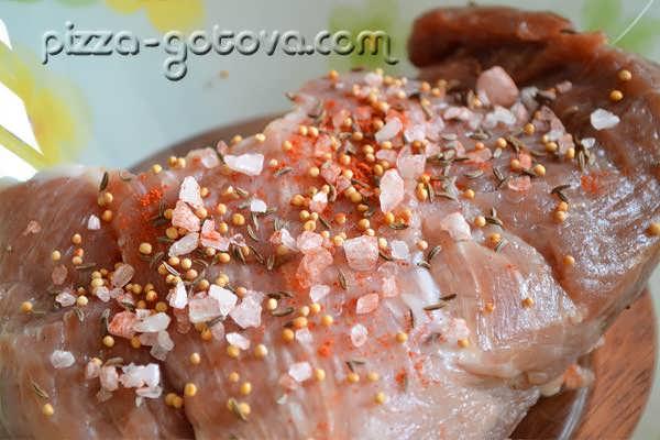 выкладываем чеснок на свинину