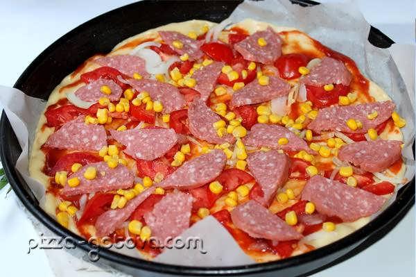 Выкладываем колбасу, лук и помидоры