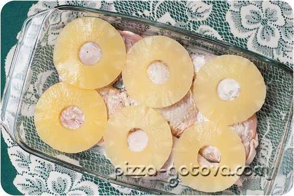 выкладываем кольца ананаса
