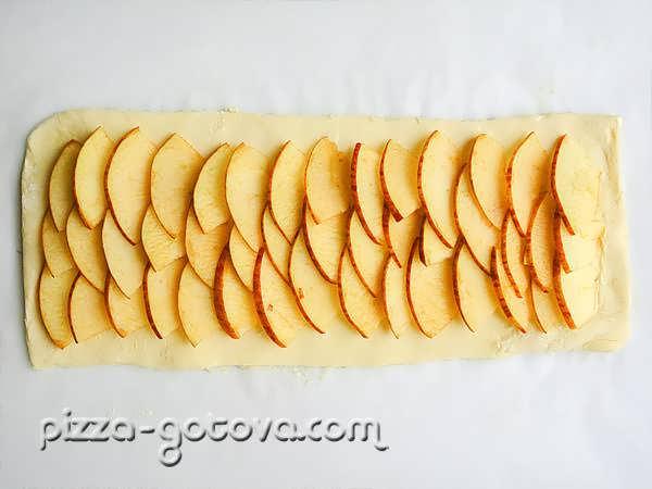 Выложить яблочные дольки