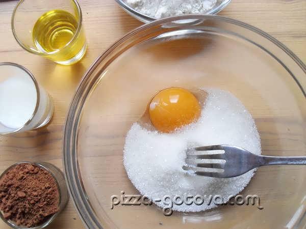 взбиваем яйцо и добавляем сахар
